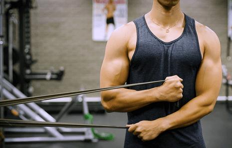 訓練二頭肌前需要做的暖身動作