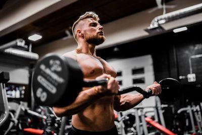 徒手訓練和重量訓練兩者的優缺點(到底哪個更好?)